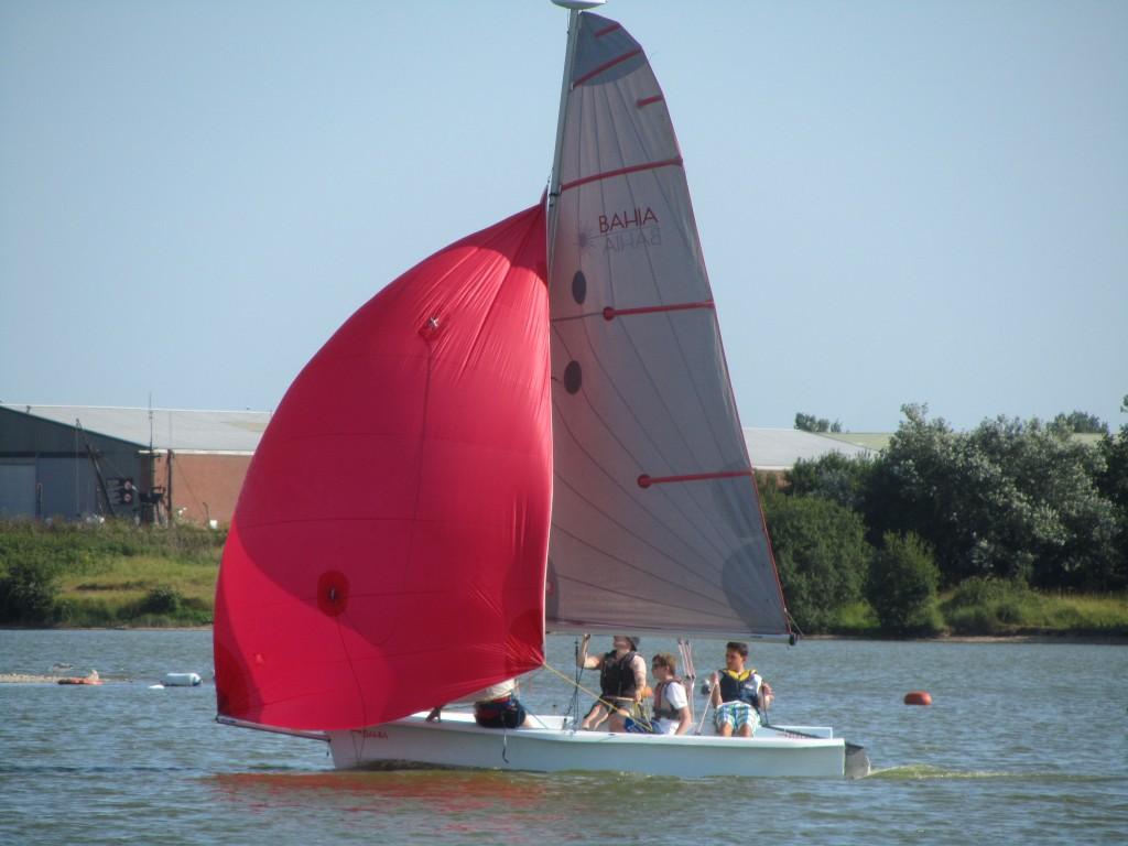 laser bahis dinghy with spinnaker set